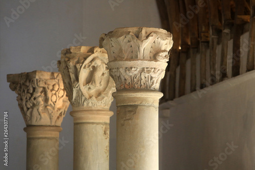 Photo Le farinier de l'abbaye et les chapiteaux romans du choeur