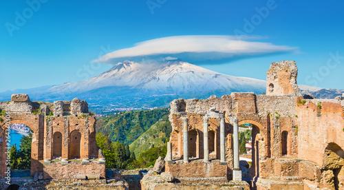 Fotografia Ancient Greek theatre in Taormina on background of Etna Volcano, Sicily, Italy