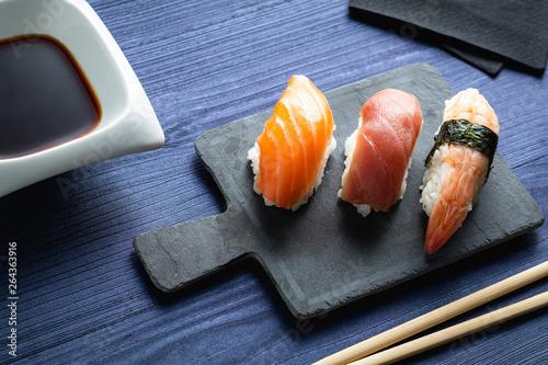 Fotografía  Elegant sushi on wood table