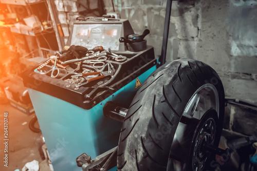 Fotografía tire service of a motorcycle wheel. Tire balancing
