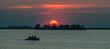 canvas print picture - Silhouette von Menschen im Boot bei Sonnenuntergang am See