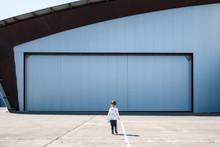 Enfant Bébé Perdu Seul Solitude Abandonné Hangar Porte Fille Doudou Peluche Petit Petite