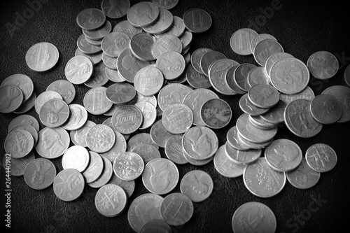 Fotografía  American cents on a dark surface close up. Black and white
