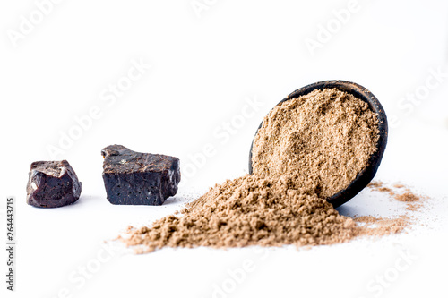 Photo Raw hing or asofoetida or devil's dung isolated on white with its power also