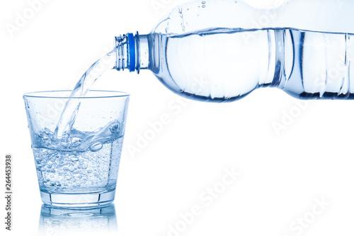 Obraz na plátně  Wasser ins Glas einschenken eingießen Mineralwasser freigestellt Freisteller iso