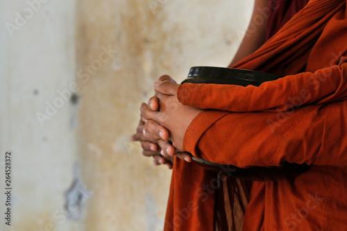 Photo Novice monks recept  alms in the historical park of Bagan,Myanmar
