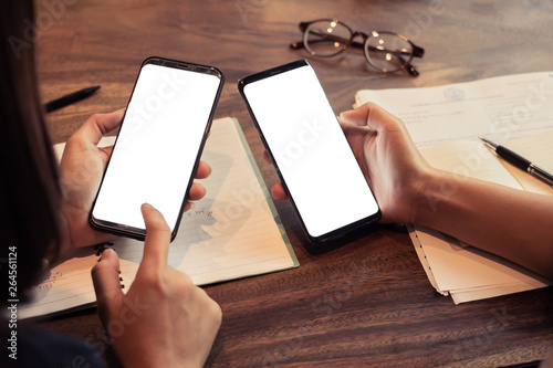Foto  friend of woman hands holding and touching mobile phone with white mockup blank copy space for your text message in cafe
