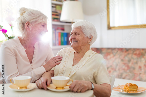 Fotomural Senior woman spending quality time with her daughter