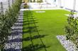 canvas print picture - Garten mit sehr gepflegtem Rollrasen