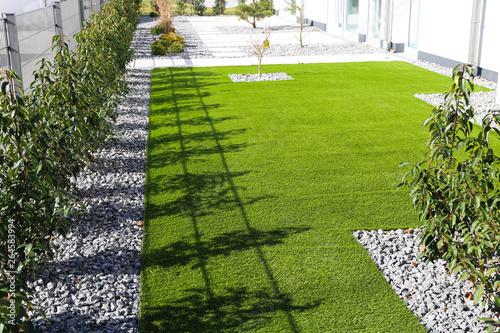 Obraz Garten mit sehr gepflegtem Rollrasen - fototapety do salonu