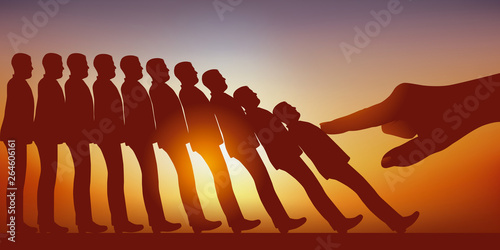 Fotografija  Concept du licenciement avec la main d'un leader qui pousse et fait tomber comme des dominos, des hommes rangés en colonne