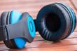 Blauer stylischer BlBlauer stylischer Bluetooth-Kopfhörer mit Bedienelementen an der Seite und Klinkenanschlussuetooth-Kopfhörer mit Bedienelementen an der Seite und Klinkenanschluss
