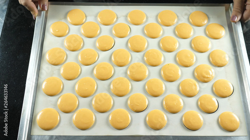 Montage in der Fensternische Macarons surface for making sweet French desserts with cream inside