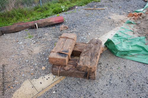 Valokuvatapetti Traviesas de linea ferroviaria viejas en el suelo