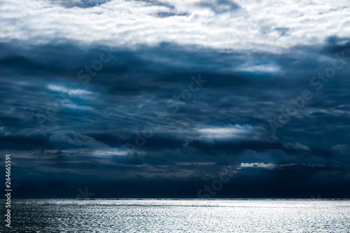 Foto  Dark clouds forming above the calm waves of the Atlantic Ocean, Block Island, RI