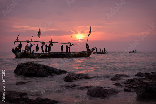 Valokuvatapetti Fishing boat and fishermen at sunrise in Senya Beraku, Ghana