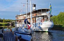 Ausflugsdampfer Und Segelboot Auf Dem Götakanal