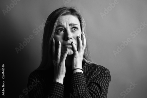 Foto Portrait of scared young woman. Black and white