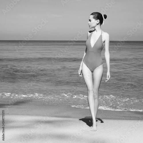 Fotobehang womenART Beautiful sexy woman in retro swimwear on the beach