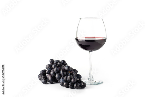 Fotografía Red wine in a glass with grapes on a white background