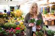 canvas print picture - Frau kauft Blumen auf dem Markt
