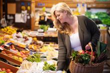Frau Kauft Lebensmittel, Gemüse Und Obst Vom Markt