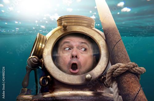 Cuadros en Lienzo Portrait of man in old diving suit and helmet under water