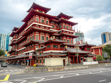 CHINATOWN, SINGAPORE - NOV 24, 2018: The Buddha Tooth Relic Temple Is A Buddhist Temple Located In The Chinatown District Of Singapore.