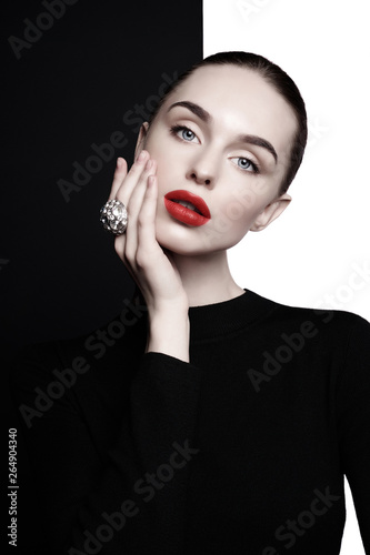 In de dag womenART beautiful young woman with big ring pose in studio