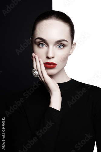 Stickers pour porte womenART beautiful young woman with big ring pose in studio