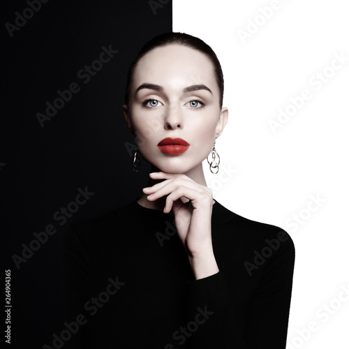 Spoed Foto op Canvas womenART beautiful young woman with big earrings pose in studio