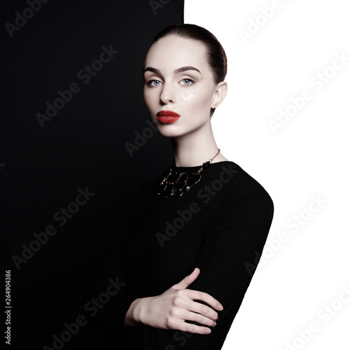 In de dag womenART beautiful young woman with black bijouterie pose in studio