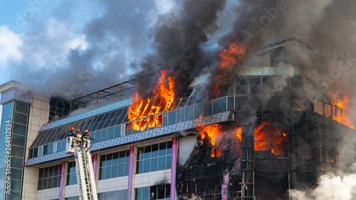 Fototapeta Burning building in thick smoke obraz