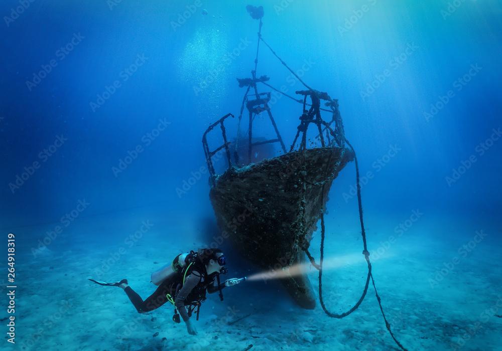 Fototapeta Tacuherin erforscht ein gesunkenes Schiffswrack auf dem Boden des Indischen Ozeans, Malediven