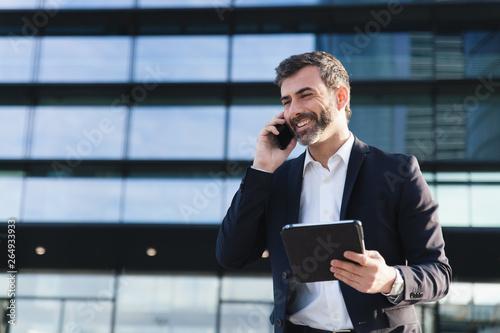 Photo Hombre de negocios hablando por teléfono sonriente