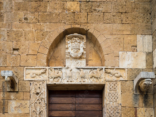 Poster de jardin Con. Antique The carved stone entrance of an ancient Italian medieval church.