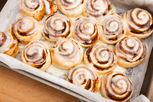 Cinnabons Cinnamon Rolls In Ba...