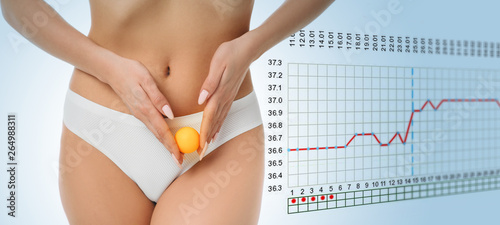 Fotografia  woman showing ovulation process holding near ovary ball like ovum