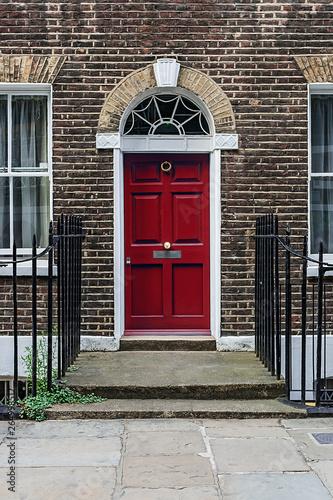 Fototapeta drzwi   little-red-door-on-a-classic-london-terrace-house