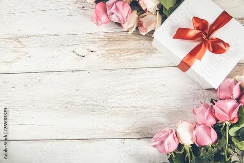 Fototapety, obrazy: roses with gift box on desk