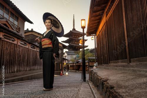 Fototapeta Asian woman with kimono walking at Yasaka Pagoda in Kyoto