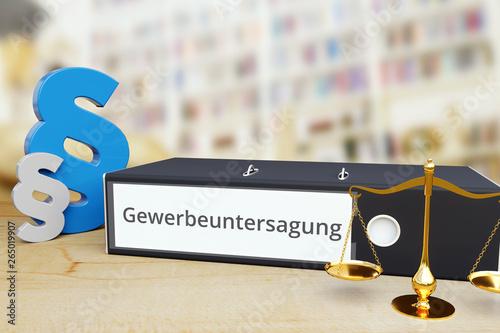 Fototapeta Gewerbeuntersagung – Recht/Gesetz. Ordner auf Schreibtisch mit Beschriftung neben Paragraf und Waage. Anwalt obraz