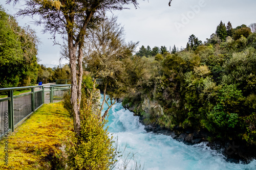 Foto auf Gartenposter Forest river Waikato River flows to the Huka Falls, Taupo, New Zealand