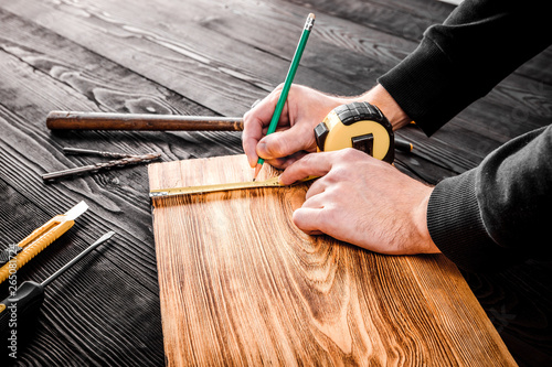 Türaufkleber Holz The carpenter works with wood on his workspace
