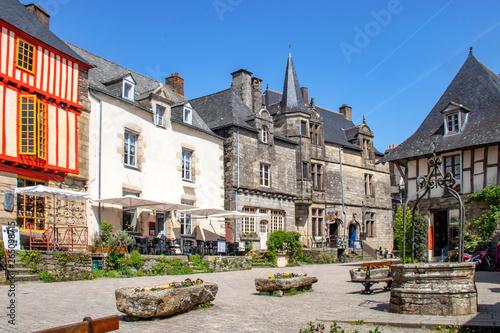 Fotografia, Obraz Rochefort-en-terre. La place du village. Morbihan. Bretagne