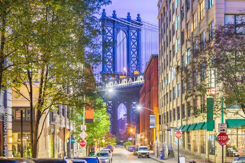 Photo Stands New York Brooklyn, New York, USA cityscape with Manhattan Bridge