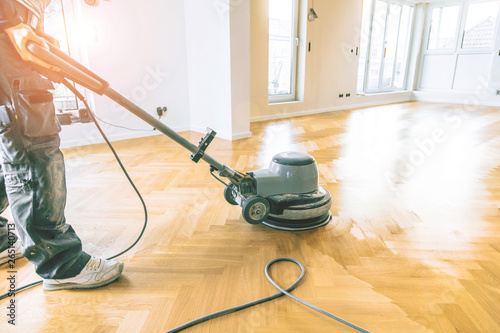 Obraz Einölen von Eichenparkett, Arbeiter mit poliermaschine und Werkzeug. - fototapety do salonu