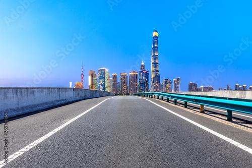 Photo  Highway road and skyline of modern urban buildings in Shanghai