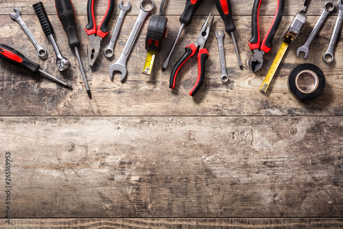 Pinturas sobre lienzo  Building tools repair set on wooden background