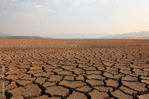 Photographie Dry river and lake after drought impact on summer, Landscape of Cracked earth me